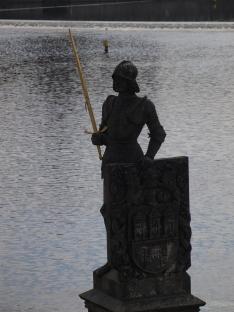 Bruncvík, chevalier d'une légende tchèque (cette statue ne se trouve pas sur le pont proprement dit, mais sur l'une des piles