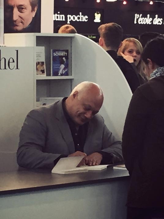 Oh, Eric-Emmanuel Schmitt, concentré sur le stand Albin Michel