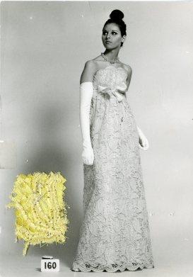 Cristóbal Balenciaga, robe du soir, 1967_Photographie de dépôt de modèle avec échantillon © Photo et modèle conservés dans les Archives Balenciaga, Paris