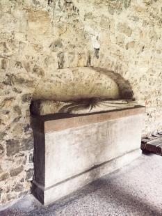 le cloître - gisant