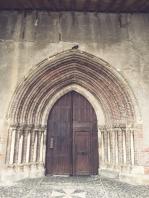 Entrée de l'église, pigeon perché pile au milieu