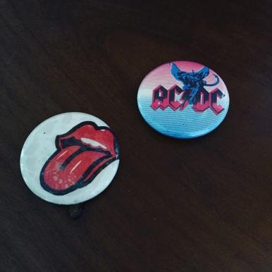 Badges AC/DC et Rolling Stones