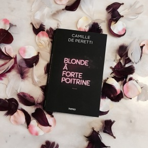 Blonde à forte poitrine, de Camille dePeretti