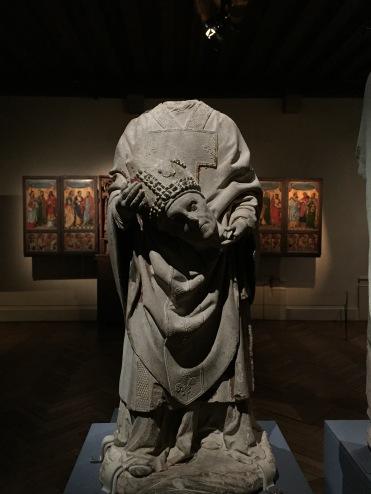 Statue de saint-Denis portant sa tête entre ses mains