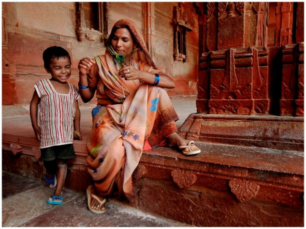 Playing with affection - Fatelpur Sikri, Uttar Pradesh India © Christina Drakos