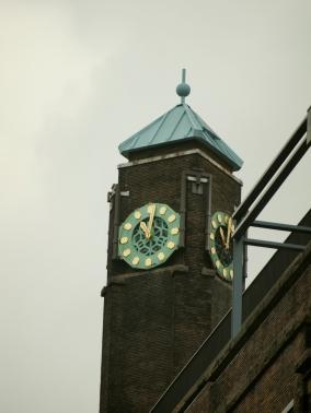Horloge sur l'immeuble Booking