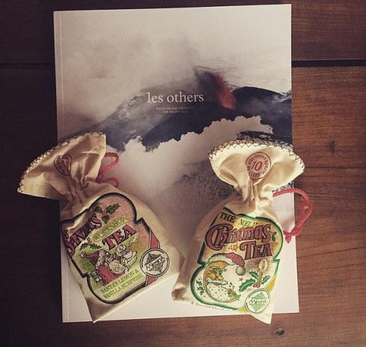 7. et 8. Du thé de Noël et un magazine de voyage plein de belles photos