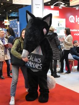 Un loup qui fait des câlins