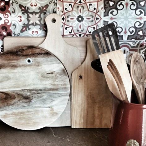 Kitchen decor : les planches à découper en bois et faux carreaux de ciment