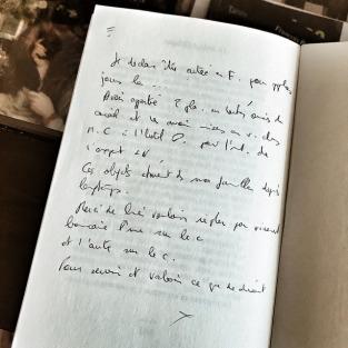 Une énigmatique note manuscrite dans un livre