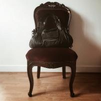 Une chaise un peu abîmée par la vie