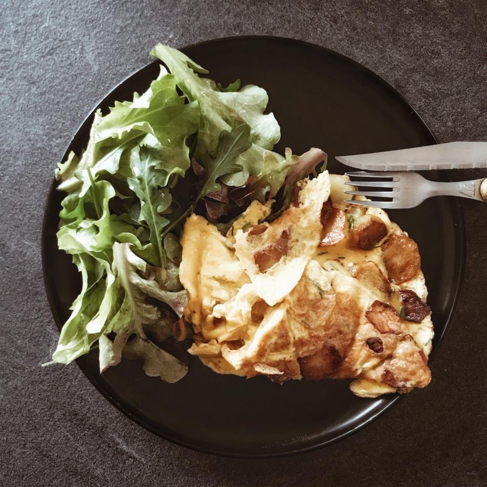 Omelette aux pommes de terre et ciboulette et salade de jeunes pousses