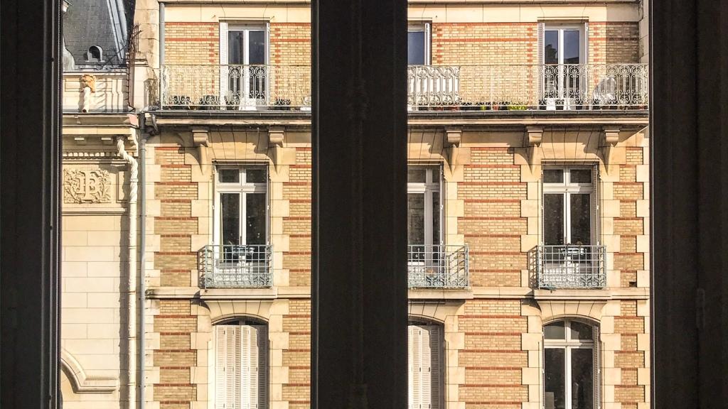Regarder le monde de la fenêtre