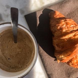 Un café-croissant en terrasse (!)