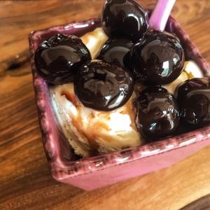 Gourmandise (nougat glacé, cerises amarena)