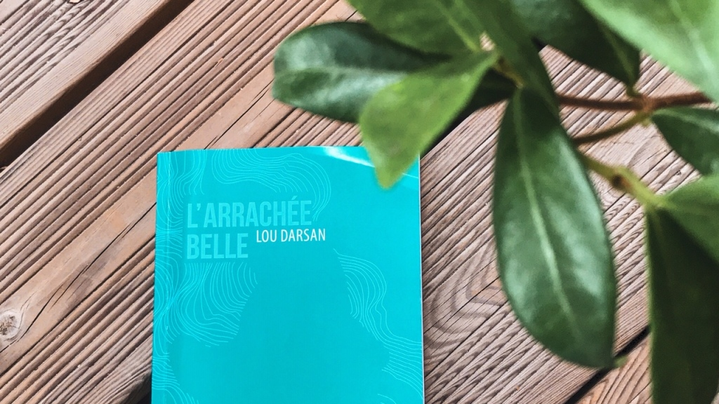 L'arrachée belle, de Lou Darsan : femme qui danse sous la montagne
