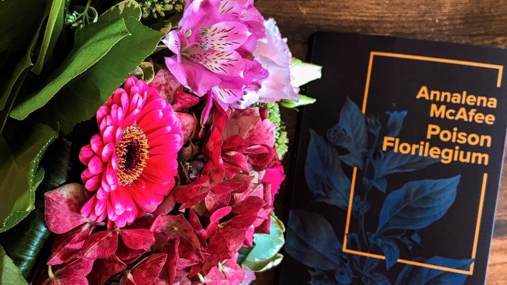 Poison florilegium, d'Annalena McAfee : les dangers du beau