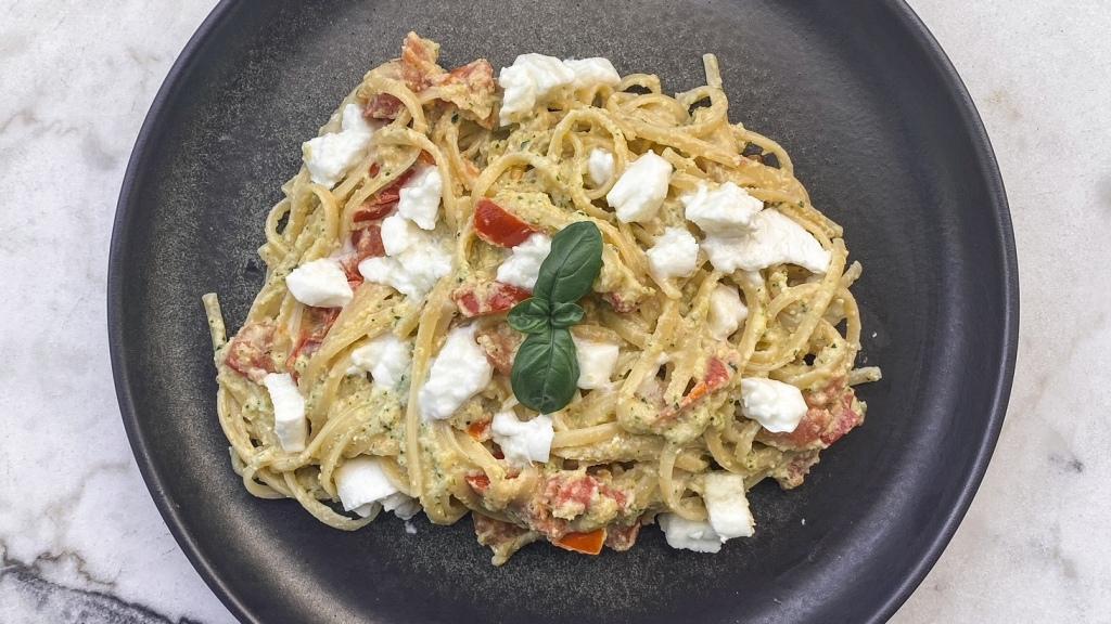 Linguine au pesto de courgette, tomate et mozzarella