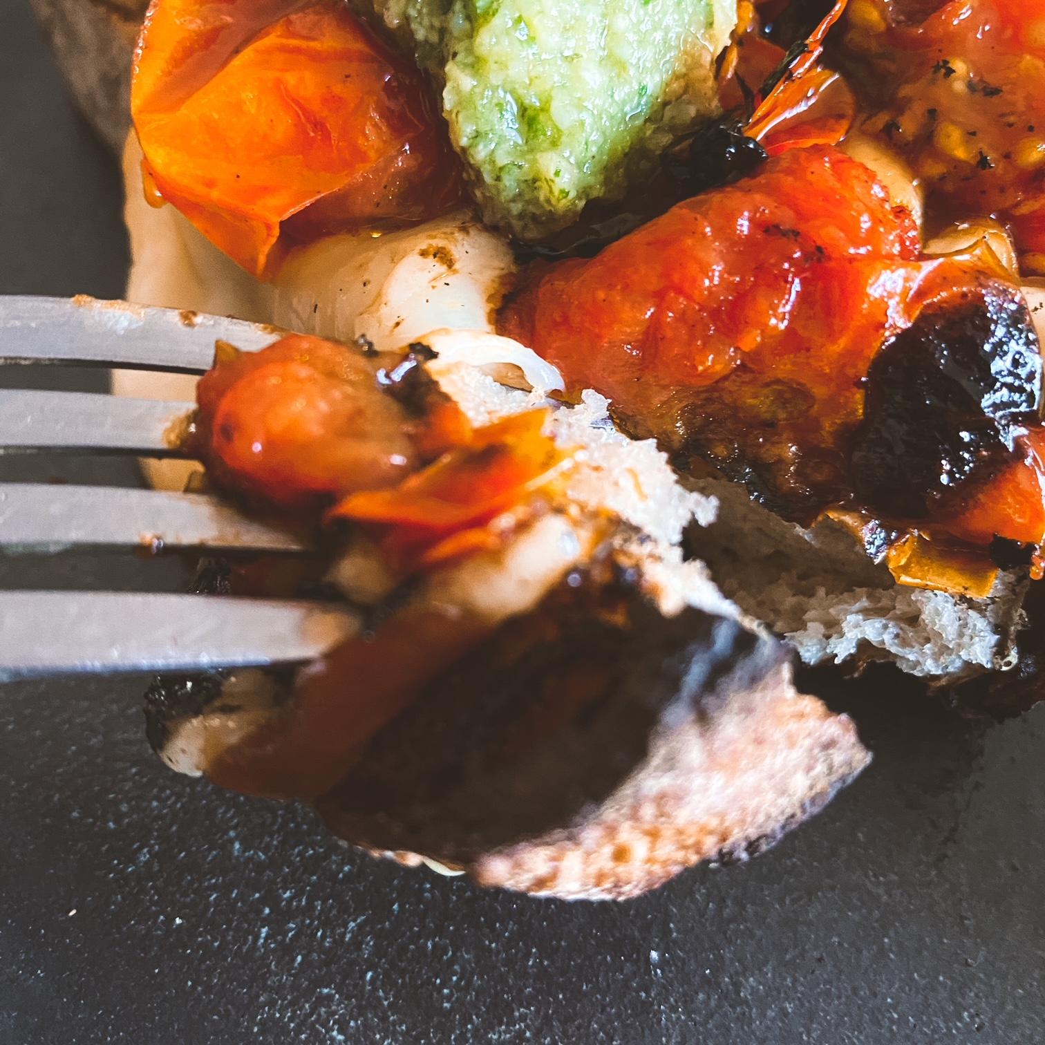 Crostone scamorza, tomates cerises et pesto